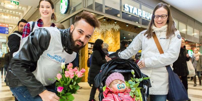 Turvapaikanhakijat jakoivat ruusuja naisiin kohdistuvaa väkivaltaa vastaan