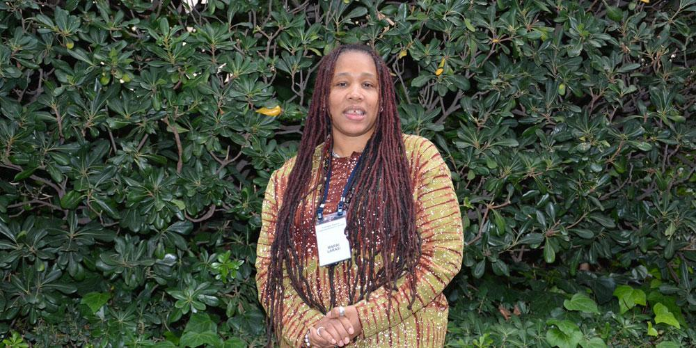 Kuvassa Imkaan-järjestön toiminnanjohtaja Marai Larasi, joka työskentelee värillisten ja etniseen vähemmistöön kuuluvien naisten tukemiseksi.