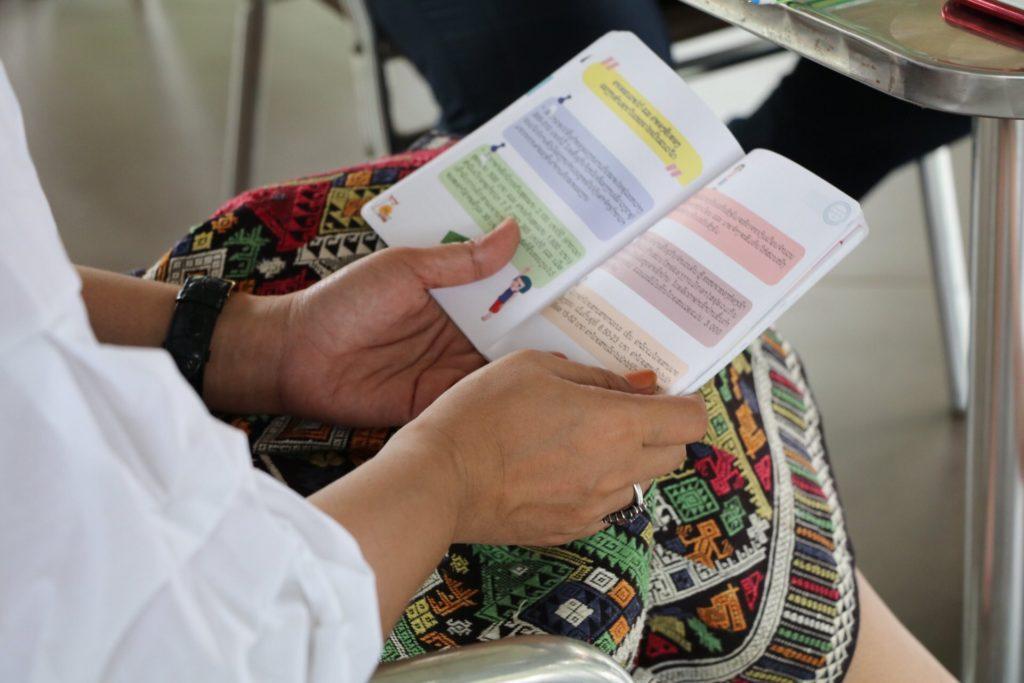 Kuvassa selataan UN Womenin Turvallinen värikästä maahanmuutto-opasta.