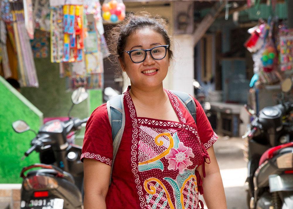 Kuvassa Turvalliset kaupungit -hankkeen koordinaattori Johanna Tantria T. Wardham seisoo värikkäällä kujalla Jakartassa.