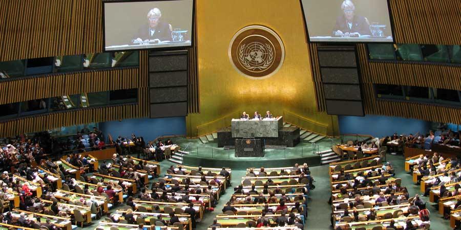 Nainen tarttuu nuijaan YK:ssa
